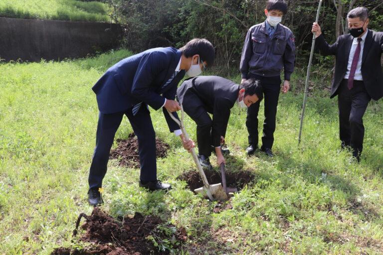 植えるための穴掘り